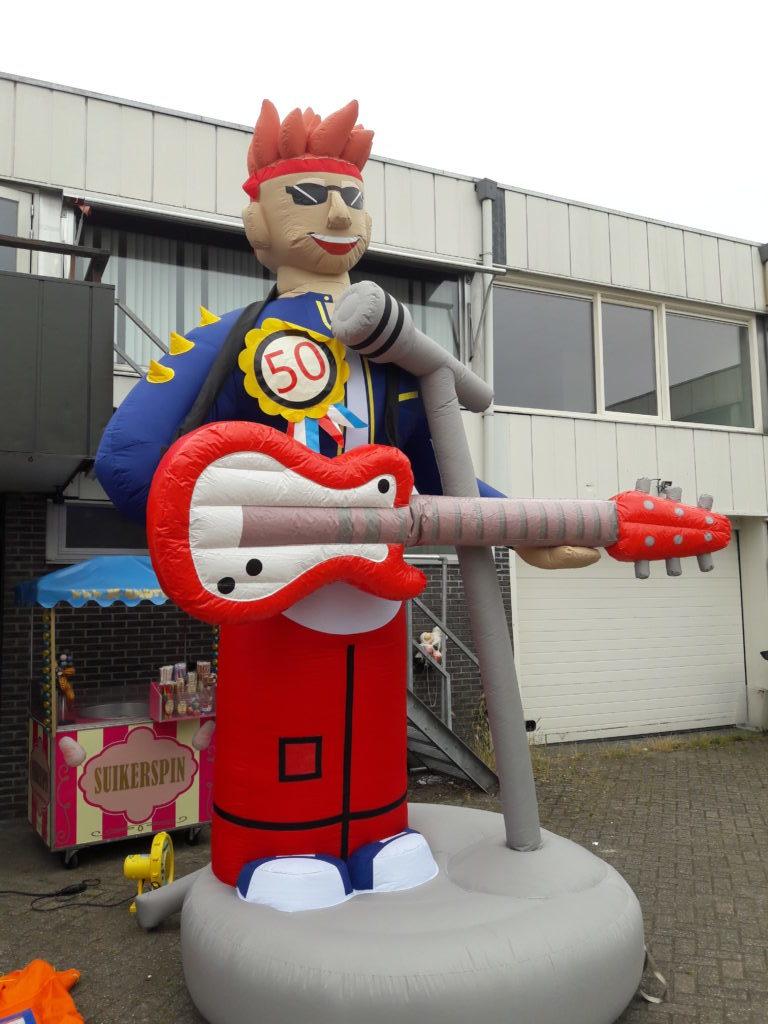 Opblaasbare Abraham met Gitaar en microfoon 4,5 meter huren Tilburg