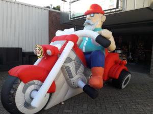 Opblaas Abraham pop op motor