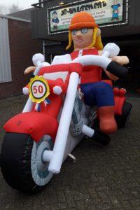 Opblaas Sarah pop op motor